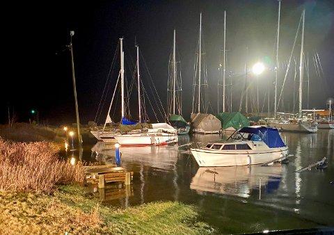 OVER BRYGGA: Flom i gamle Hurumhavna på Tofte klokken 02.00 natt til onsdag.
