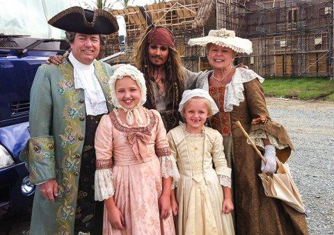 TIDSRIKTIG PIRATMØTE: Hans Ivar og Britt Rønning og barnebarna Jo Hannah og Holly fikk statistroller i den nye «Pirates of the Caribbean»-filmen, og ble tatt godt vare på av Johnny Depp.