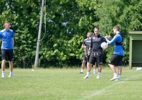 POPULÆR: SF-trener Martí Cifuntes, her i samtale med Flamur Kastrati under en spillpause på torsdagens trening, er godt likt blant spillerne.