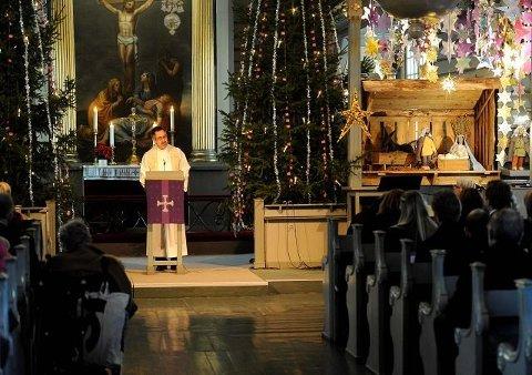 PÅMELDING: – I år må du melde deg på til julegudstjeneste, sier prost Øyvind Nordin. Dette bildet er tatt under en tidligere   gudstjenestene i Sandar kirke julaften. ARKIVFOTO: Olaf Akselsen