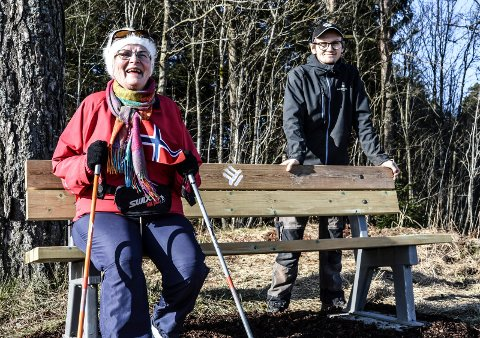 HVILEBENK: Jon-Arne Moslått (21) på anleggsgartnerlinja har gjort grunnarbeidene under krakken i Ragnhildrødveien, som Kari Solheim prøvesatt på torsdag formiddag. Stedet heter «Praten». Og det synes hun passer godt.