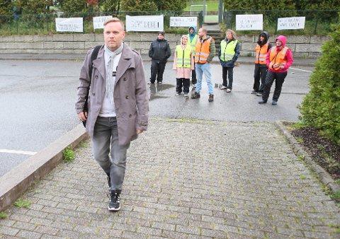 Styreleder i FNB Morten Malmin har fått beskjed om at 15 medlemmer i Klepp trekker seg. Her er han på vei inn til et møte i Sandnes. Et møte han ikke slapp inn til av sine kolleger.