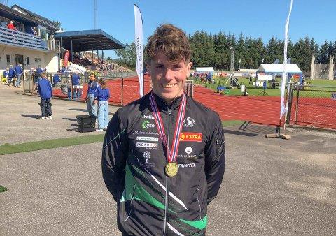 FORNØYD: Jonas Berggård Skåden (18) tok medalje i alle de tre øvelsene han deltok i. Her står han med den ferske gullmedaljen sin.