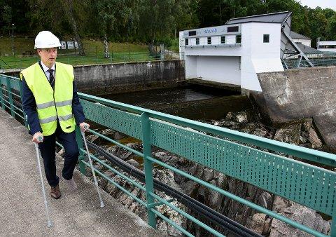 IKKE BARE OLJE: Olje- og energiminister Terje Søviknes, som for øvrig har brukket ankelen under swingdans, understreket viktigheten av vannkraften under sitt besøk i Sarpsborg.