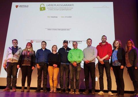 AVTALE: Disse var med på å undertegne avtalen. Fra venstre: Erik Kolsrud (Anleggsgartner Kolsrud AS), Ronja Sveen Bye (Park & Anlegg AS), Frank Martinsen (Lindhaugen AS), Linda Louise Næss (Opplæringskontoret SOA), Tore Rafoss (Tore Rafoss AS), Tore D. Carlsen (Maskin og Utemiljø AS), Knut Magnus  Hvidsten (Råde Graveservice AS), Helge Rustad (R/S Ableggsgartnerservice AS), Hanne Lorentzen (rektor Kalnes vgs), Katrine Gustavsen (Østfold fylkeskommune). Også Halden-bedriften Leif Grimsrud har undertegnet avtalen.