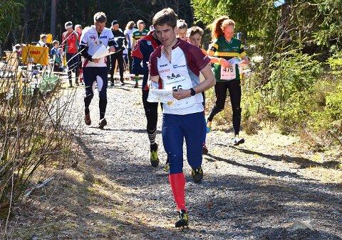POPULÆRT: Smaaleneneløpet samler hvert år rundt 1.000 deltakere fra hele landet. I år blir det neppe like mange. Anders Vister fra Hærland her i front fra da løpet ble arrangert på Stikla i Trøgstad i 2019.