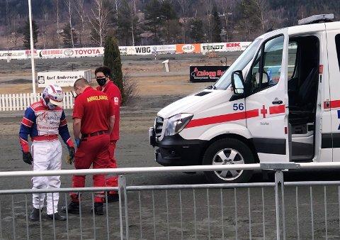 DRAMATIKK: Per Oleg Midtfjeld fikk rask bistand fra ambulansepersonell etter å ha kastet seg ut av sulkyen da hesten han kjørte sparket etter ham med bakbeina.