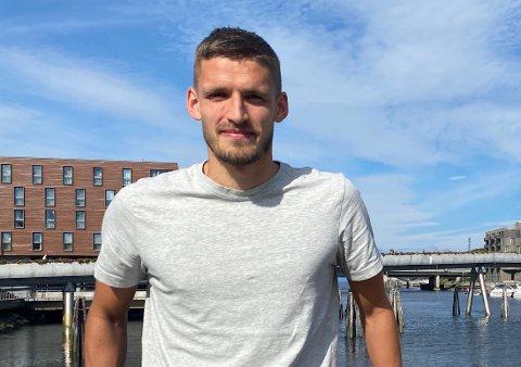 OVER OG UT: Gustav Valsvik (27) er ferdig i Rosenborg etter to år i klubben. Her frå då Sogn Avis møtte han til intervju i Trondheim i fjor sommar.