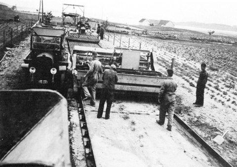 Arbeidet med å anlegge betongdekke på Sømme er i gang. Bildet er hentet fra Jan Petter Helgesens bok «Kampen om Sola» fra 1999.