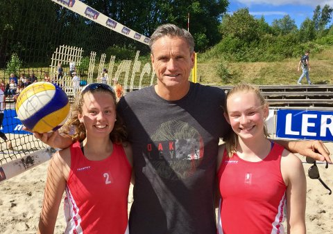 Kari Vølstad Bogen (t.v.) og Maria Halsne Dahl fikk veiledning av OL-deltaker Jan Kvalheim under NM i strandvolleyball.