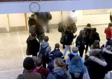 EVAKUERTE: Det var i forrige uke at de to 16-åringene delte en terrortrussel mot Porsgrunn videregående skole på sosiale medier. Politiet aksjonerte mot skolen, og elevene ble i starten holdt tilbake i klasserommene, fram til det ble foretatt evakuering av lærere og elever.
