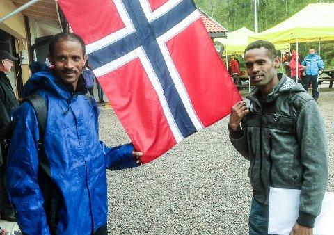 BRUTT: Eritreeren Tomas Berket (til høyre) har vunnet Skuggenatten opp de fire siste gangene, men i dag ble det tredjeplass. Landsmannen Tesfayohannes Mesfin ledet lenge, men mistet den ene skoen, men fullførte likevel med sko på den ene foten og sokk på den andre.