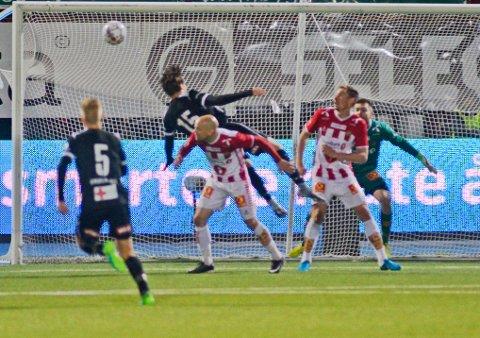 Situasjonen som ga Odd straffe. Dommeren mener Tromsøs Hans Norbye feller Odds Sigurd Haugen i kampen TIL-Odd på Alfheim stadion.