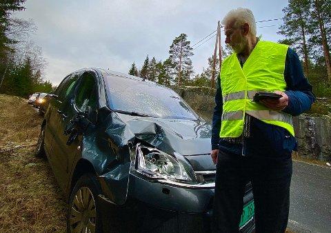 Tor Langmyr ser på skadene bilen hans fikk i det ublide møtet med en elg lørdag.