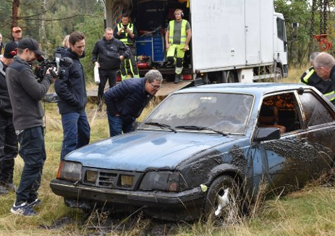 Asbjørn Hansen, etterforsker og kjent fra Åsted Norge på TV 2, gransker bilen som kommer først opp av Holttjern på tirsdag. Med var representant for forsikringsselskapet Storebrand, Jens Tvede.