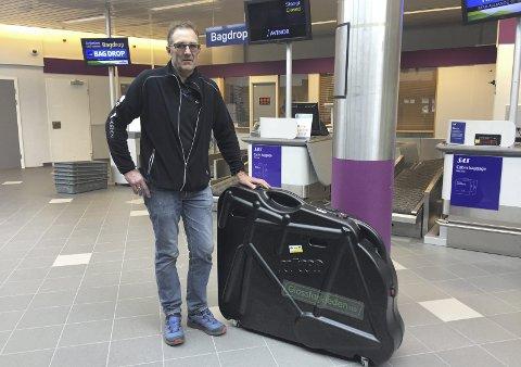 Umulig: De som reiser fra Kvernberget får bare ta med én koffert hver på grunn av begrenset bagasjeplass på flyene som SAS benytter til og fra Kristiansund. Dermed var det umulig å få med seg både vanlig koffert og sykkel på samme turen, var beskjeden Øivind Solbjør og andre syklister fikk.