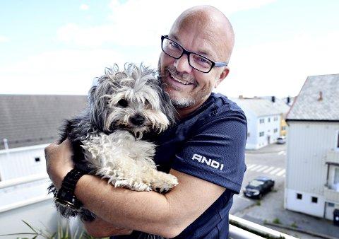 PAPPAS HÅRETE KJÆLEDEGGE: Kjetil Løbersli er glad hunden Remy ser ut til å bli helt frisk etter at den ble slått i ansiktet med en golfkølle tirsdag.