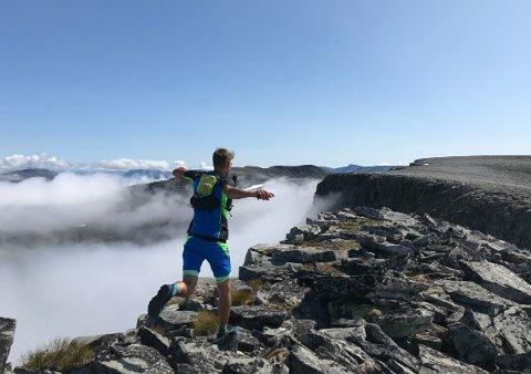 UTSIKT: Robert Sørli over fjellet Grinaren under fjorårets Kårvatn Skyrun. Lørdag er det klart for nytt fjelløp med utgangspunkt fra Kårvatn i Todalen.