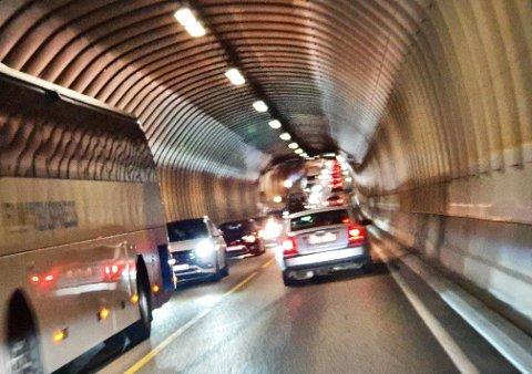 Slik så det ut inne i Freifjordtunnelen da den var i ferd med å bli stengt for andre gang fredag. Bilen som fikk motorstopp sto rett foran bussen som er til venstre på bildet.