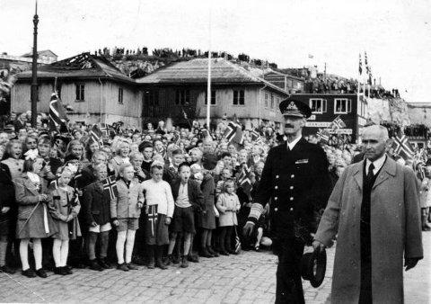 Kong Haakon på besøk i Kristiansund, her sammen med ordfører Ulrik Olsen. Bildet er utlånt av Ronny Olsen, Ulriks oldebarn.