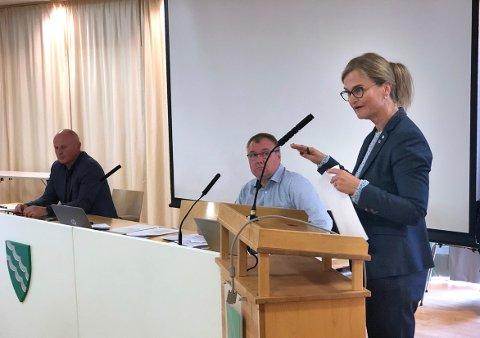POSITIV: Ordfører Margrethe Svinvik argumenterte for leilighetsprosjektet på Skei, og sa ja til at arbeidet med reguleringsplan for planforslaget kan starte. Varaordfører Hugo Pedersen var enig med ordføreren.