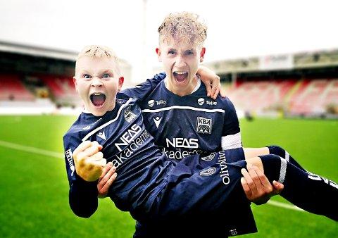 Eirik Erstad Nyland og Jørgen Bach jubler for borteseier på Fredrikstad stadion.