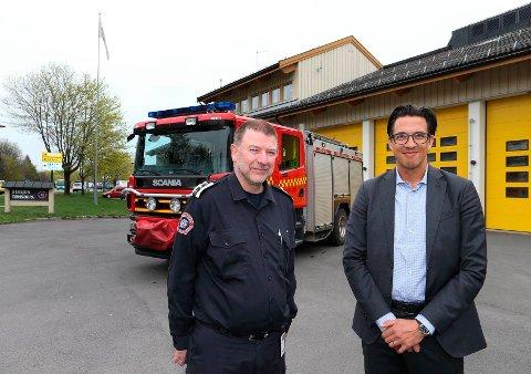 Sammen foran brannstasjonen i Tønsberg, brannsjef Per Olav Pettersen (t.v.) og Carl-Johan Nilsson, direktør for Norden i forsikringsselskapet W. R. Berkley.