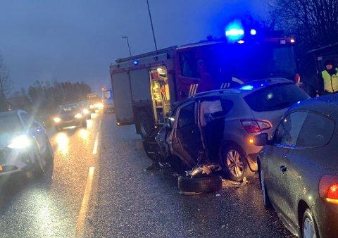 TOTALSKADD: Minst én av de involverte bilene anses å være totalskadd etter ulykken.