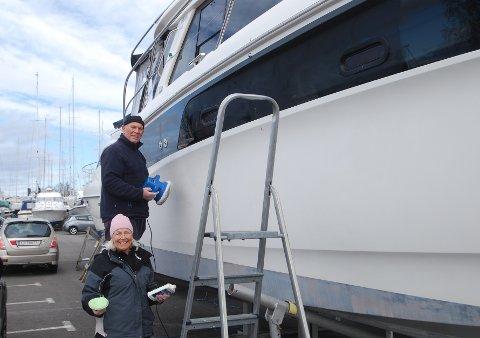 Marit og Bjørn fra Konnerud pusser båten «Tiram» ferdig. Båten har de kalt opp etter Marits navn baklengs.