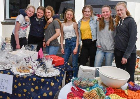 Stine, Mia, Maja, Mathilde, Aurora, Michelle og Marthe Josefine sto på stand for å samle inn penger til Polen-tur.