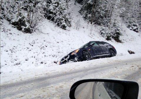 I morgentimene fredag kjørte en personbil i grøfta på fylkesveg 51 ved Lineikromørken, nord for Holdalsfoss.