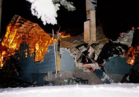 Dette bildet blir tatt av brannvesenet når de kommer frem til huset på Tonsåsen natt til 9. januar 1999. Huset er fullstendig overtent. Foto: Politiet