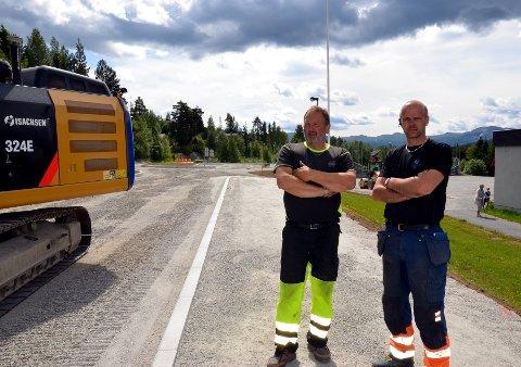 Hedalen: Hans Olav Haugrud (t.v.) og Knut Stensæter i Isachsen anlegg har hatt jobben med å lage bussholdeplass og fortau ved Hedalen barne- og ungdomsskole.