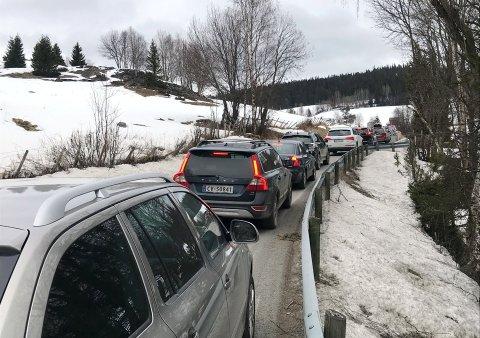 Det er  kaotiske forhold som følge av stengt E6. Her fra Brekkomskogen litt før klokken 10 tirsdag morgen. Foto:Kari Utgaard/GD