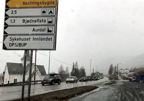 Køer: Det er stor utfart til og fra Valdres helgene av folk som vil på ski og besøke hyttene sine.