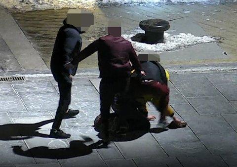 UTSATT FOR VOLD: Her går mennene til angrep på en Oslo-mann etter at han nektet å betale ut pengene de forlangte for å ikke publisere samtalene han hadde hatt med en antatt mindreårige jente.