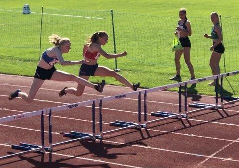KLUBBREKORD PÅ HEKK: Cassandra Ødegård Nilsen (innerst) satte klubbrekord på 80 meter hekk i et klubbstevne på Sentralidrettsanlegget.