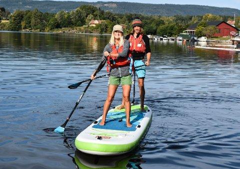 TEST: Ylva og Kev testet brettet for første gang ved båthavna i Røykenvik onsdag. Torsdag dro de til Sverige for å padle 72 mil på fire uker.