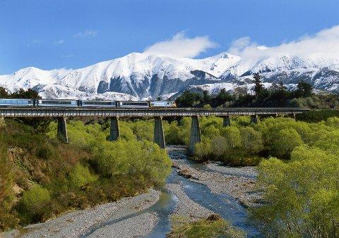 FLERE ÅRSTIDER: TranzAlpine Express tar deg fra den ene siden av New Zealands sørlige øy til den andre, og gjennom Søralpene. (Foto: Colin Monteath / NTB scanpix)  FOTO:  / NTB scanpix