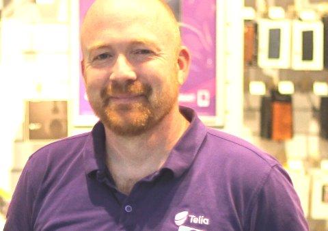 TRIVES: Han har jobbet i Telia-konsernet siden 1999, og trives godt med det. Til tross for at han tidligere hadde en stilling i ledergruppen for alle Telebutikkene, valgte han heller å drive sin egen butikk i Larvik.