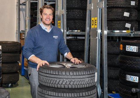 PENE TALL: Daglig leder Gunnar Gjermundsen hos Gjermundsen Auto opplevde en stor økning i omsetning i 2019. Dekkhotellet har noen av æren for det.