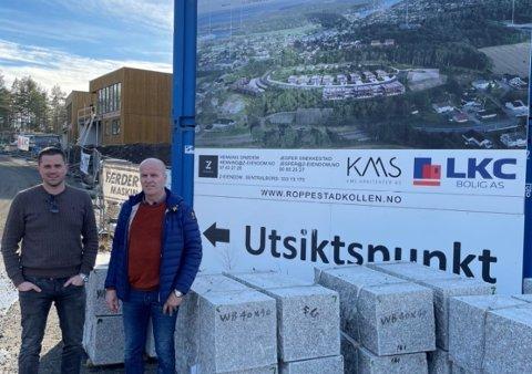 BOLIGPROSJEKT: Bjørn Andersen og Lennert Kristoffersen i Færder Maskin ved utbyggingsområdet i Roppestadkollen. Her driver firmaet med graving og grunnarbeid.