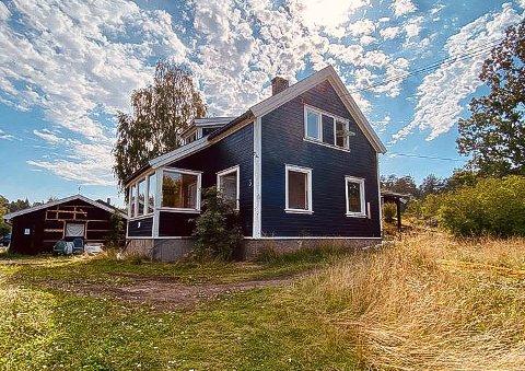 RIVES: Den eksisterende boligen i Alex Olssons vei 3 på Hellvik skog skal rives og erstattes med fire nye boliger.