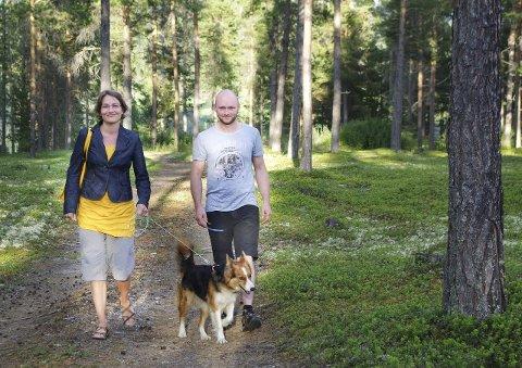 FORNYELSE: Live Stokstad og Sigmund Kveberg Paaske tar over etter veteranene i Alvdal Venstre.  Hunden heter Jess, og er bare med på en liten vandring i det grønne. Foto: Tonje Hovensjø Løkken