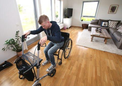 NÆRE: – Jeg er så nære. Det er det som er så frustrerende! sier Peter, som nå kan gå ved hjelp av støtte fra gåstol. Daglig går han runder i stua. foto: eva groven
