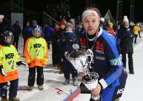 OVERBEVISENDE: Lagkaptein Magnus Høgevold med pokalen Stabæk vant for seriegullet, samt vandrepokalen som klubben fikk til odel og eie.