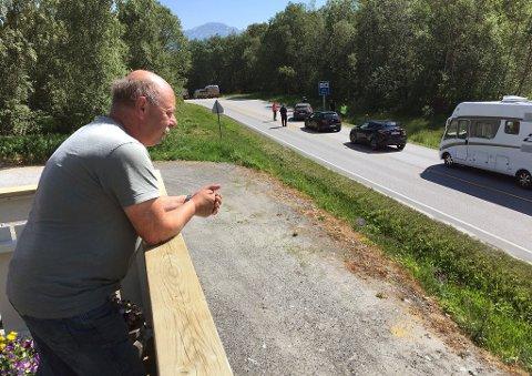 Bjørn Magne Vatn  på Kanestraum har i mange år fryktet at en ulykke skulle skje.  Tirsdag skjedde det ovenfor ferjeleiet like nedenfor svingen.