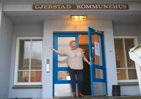 VELKOMMEN TIL OSS: Astrid Gustavson Haugen har jobbet i kommunen i en årrekke og vært igjennom endel endringer. Nå sitter hun på det nye innbyggertorget på kommunehuset, og er klar for å hjelpe Gjerstads innbyggere med stort og smått.