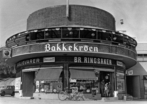 STENGER DØRENE: Bakkekroen på Smestad stenger dørene etter ti år med kinesisk restaurant. Bildet viser Bakkekroen fra mai 1977.
