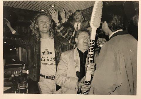 Øystein Gåre var en meget respektert og populær fotballtrener. Her feirer han opprykk sammen med blant andre Ivar Morten Normark, Trond Sollied og Jan Erik Bjerk.